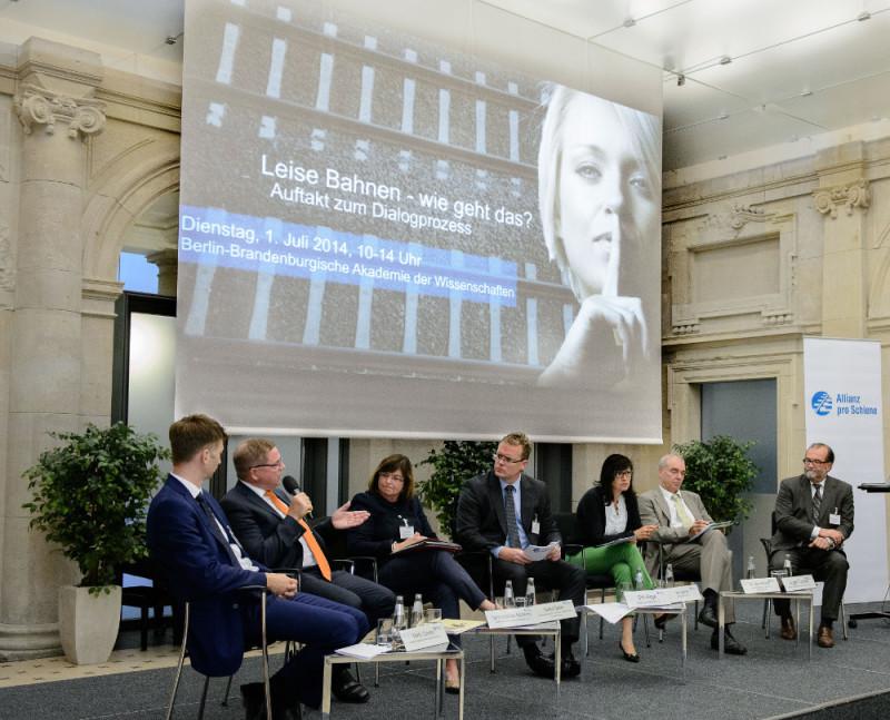 Diskussion bei der Auftaktkonferenz Plattform Leise Bahnen über Schienenlärm und Lärmschutz