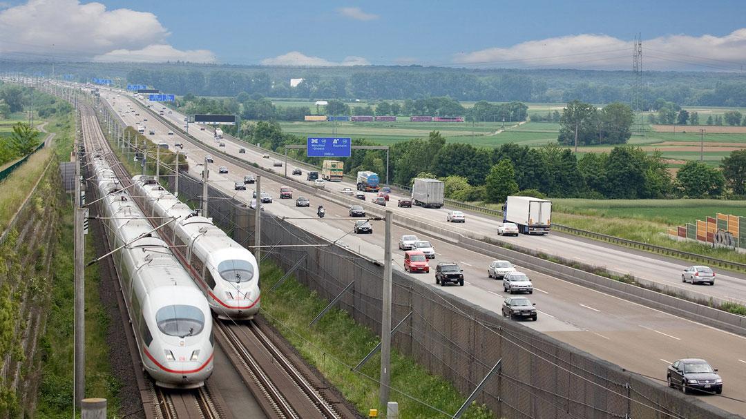 Fernverkehr: Landschaft mit Schnellzug ICE und Autobahn