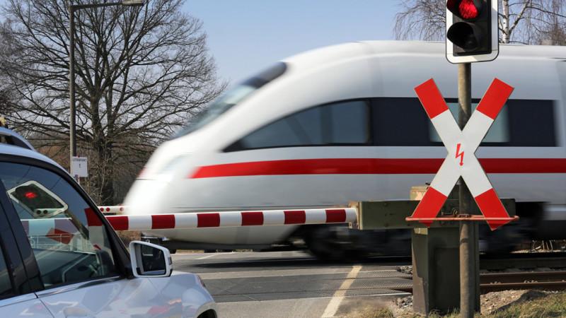 Nicht sicher: Gigaliner gefährden die Sicherheit an Bahnübergängen. Sie sind zu lang, zu schwer und zu behäbig