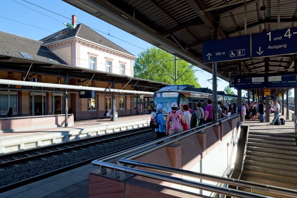 Gleise mit einfahrendem Zug
