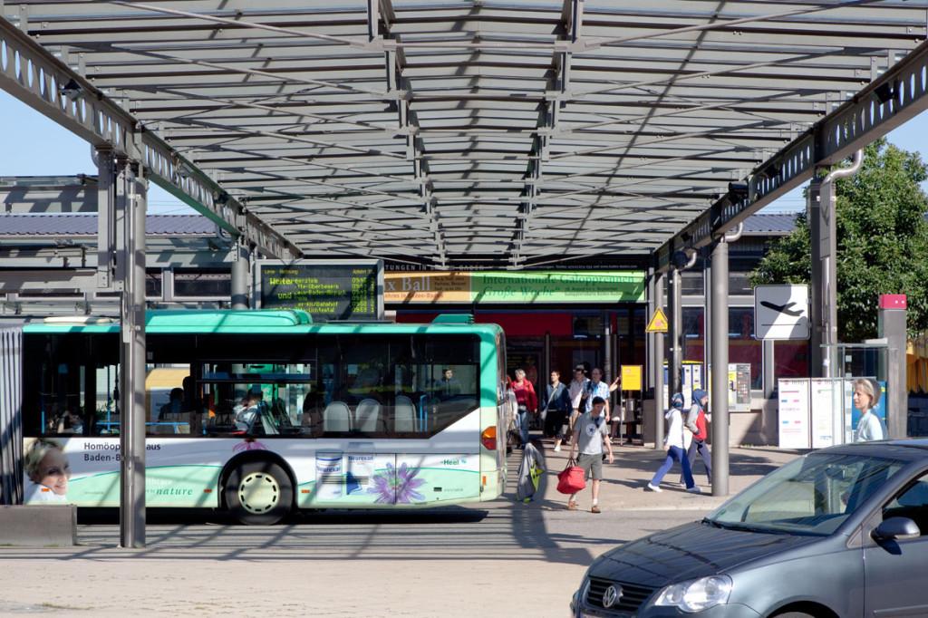 Busbahnhof mit Bus