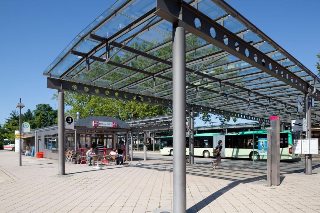 Überdachter Zugang zum Busbahnhof