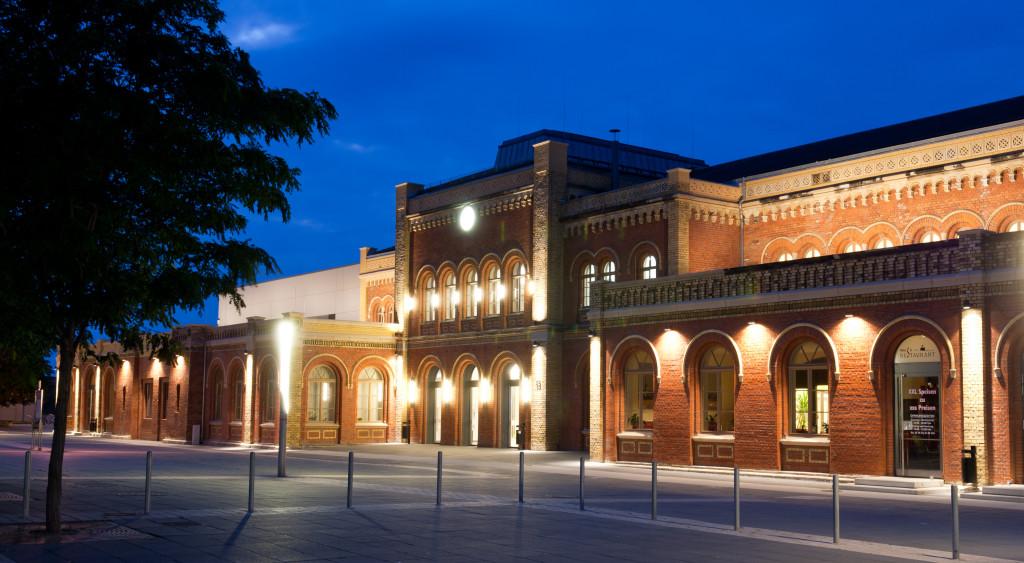 Bahnhofsgebäude am Abend