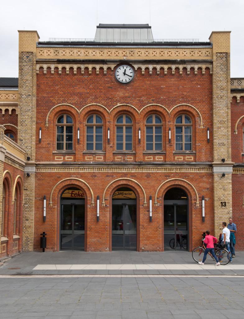 Backsteinfassade des Bahnhofs
