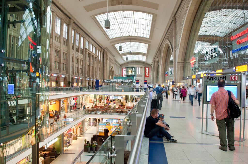 Gläserne Aufzüge und Panoramablick im Bahnhof