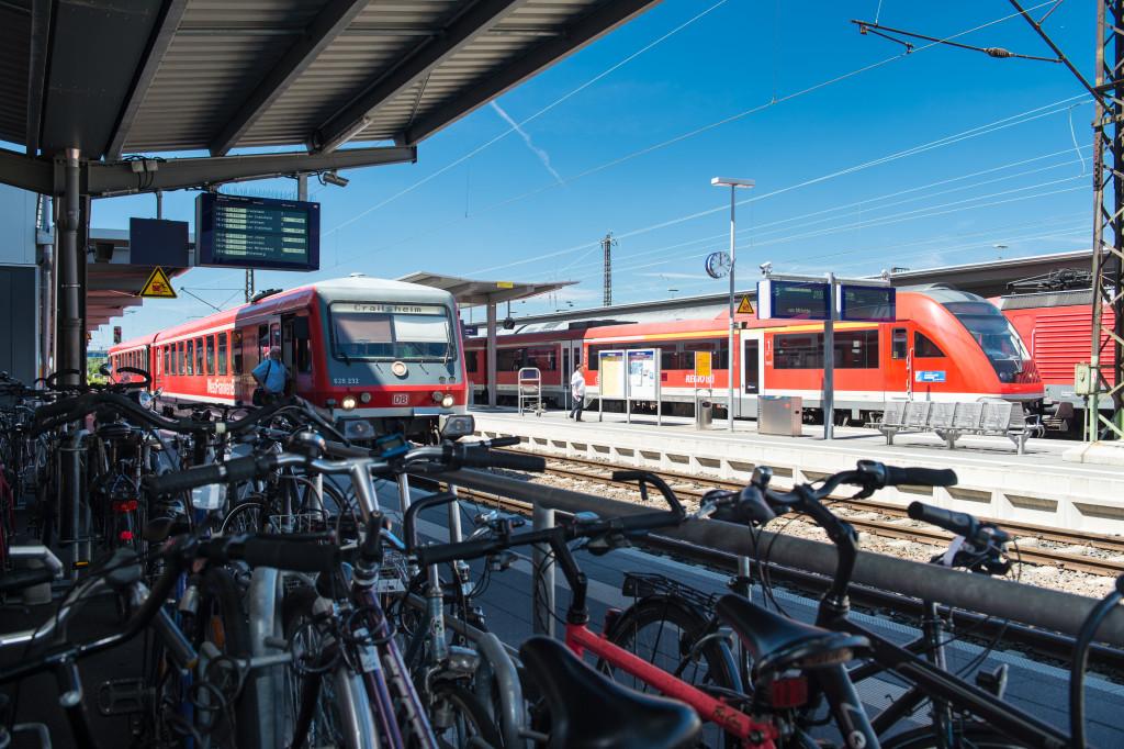 Bahnsteige mit Züge