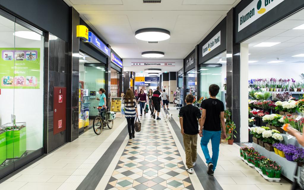 Einkaufshalle mit Bahnhofsgeschäften