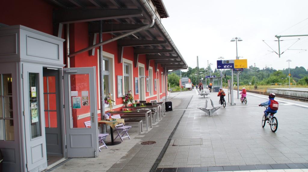 Lachsrotes Bahnhofsgebäude