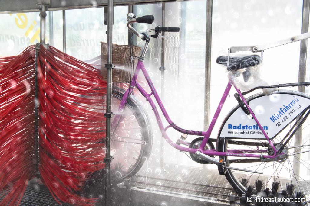 Direkt neben dem Bahnhof Göttingen: Fahrradparkhaus mit Waschanlage