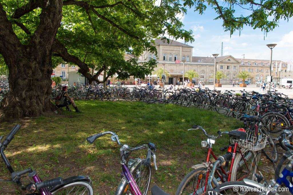 Göttingen: Bahnhofsvorplatz mit Fahrrädern
