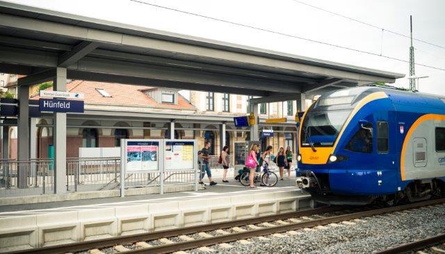 Reisende steigen in den Zug