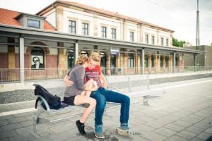 Paar wartet auf den Zug