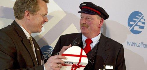Dirk Flege (Allianz pro Schine) überreicht Jonni Käsehage Preis.