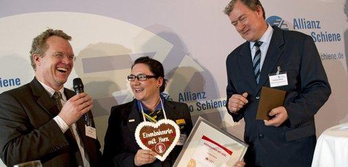 Jury-Mitglied Christian Schlutz (rechts), Claudia Möller (Mitte), Dirk Flege (Allianz Pro Schiene) (links) sind erfreut.
