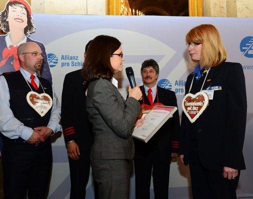BOB-Mitarbeiterin Alexandra Schertler erhält Sachpreise und eine Urkunde.