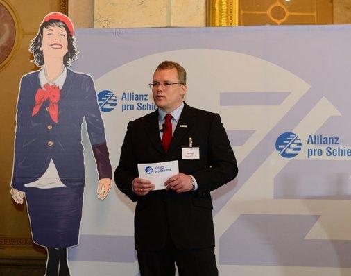 Dirk Flege (Allianz pro Schiene) begrüßt die Gäste im Marmorsaal des Berliner Palais am Festungsgraben zur Preisverleihung des