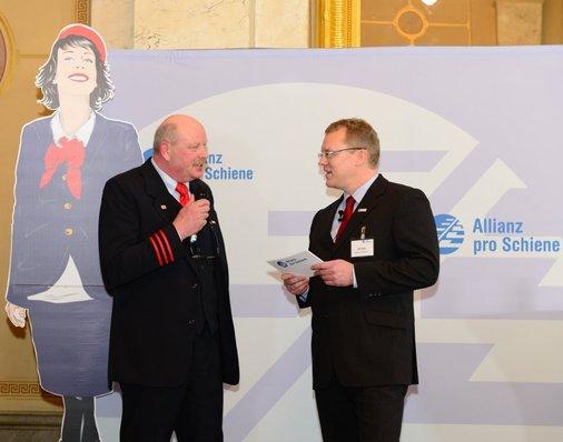 Auf der Bühne: Goldmedaillen-Gewinner des Vorjahres, Jonni Käsehage, erzählt Dirk Flege, wie es sich mit dem Titel