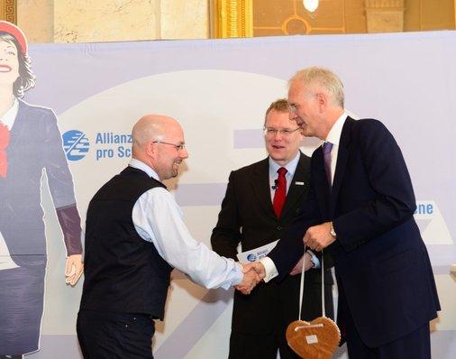 Harald Schmidt überreicht symbolisch das Eisenbahner-Herz an Oliver Vitze.