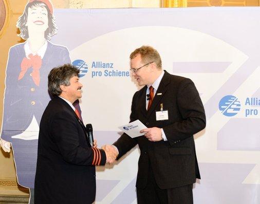 Dirk Flege gratuliert ICE-Zugbegleiter und Goldmedaille-Gewinner Peter Gitzen aus Köln.