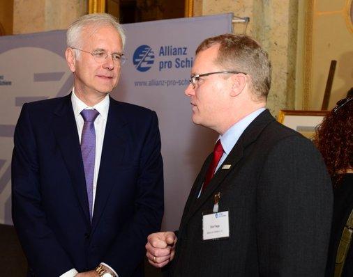 Schöne Veranstaltung, da sind sich Laudator Harald Schmidt und Gastgeber Dirk Flege (Allianz pro Schiene, rechts) einig.