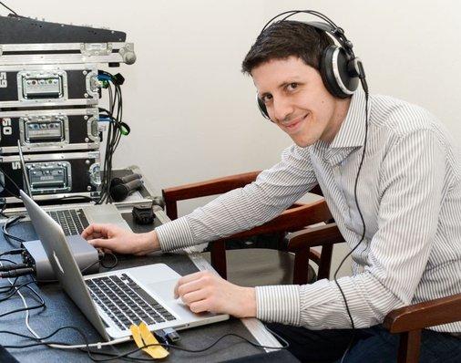 Toningenieur Fabio Cammarata am Mischpult sorgt für den richtigen Sound.