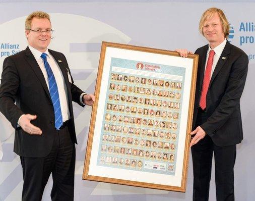 Metronom-Chef Jan Görnemann erhält gerahmtes Siegerposter von Dirk Flege.