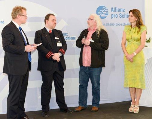 Andreas Schulz erhält Auszeichnung auf der Bühne.