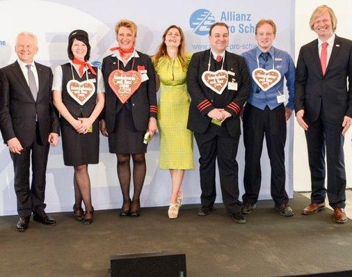 Gruppenbild mit Bahnchefs, Siegern und Laudatorin.