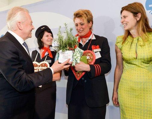 Bahnchef Grube überreicht Daniela Kumbernuß ein Rosmarin-Topf für ihren Garten.