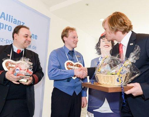 Auf der Bühne: Metronom-Chef Görnemann überreicht Geschenkkorb für Rainer Grundmann.