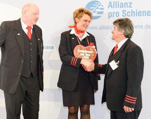 Jonni Käsehage (Eisenbahner mit Herz 2011, links) und Peter Gitzen (Eisenbahner mit Herz 2012) mit Daniela Kumbernuß auf der Bühne.