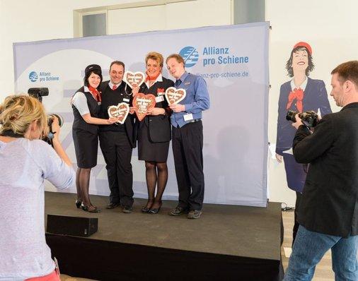 Auf der Bühne: Gewinner Eisenbahner mit Herz 2013 halten Lebkuchenherz in die Kamera.