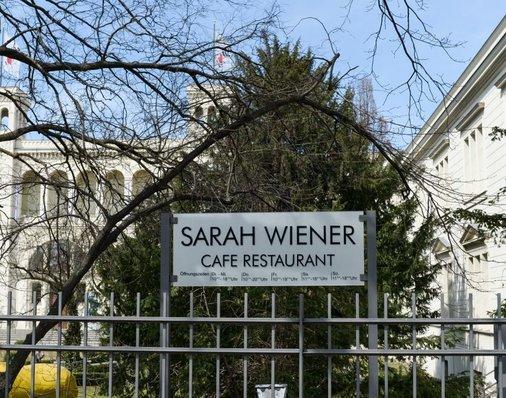 Eingangsschild Sarah Winers Restaurant.