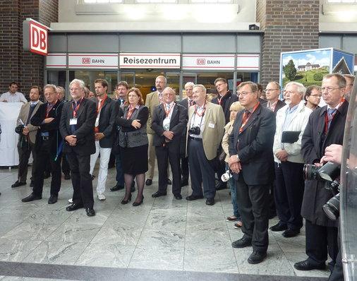 Gruppenbild vor dem Reisezentrum Darmstadt