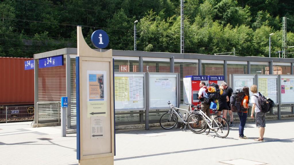 Personen am Fahrkartenautomaten am Gleis