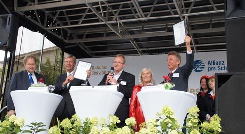 Auf der Bühne: Oberbürgermeister Wolfgang Meyer und Bahnhofsmanager Detlef Krusche.