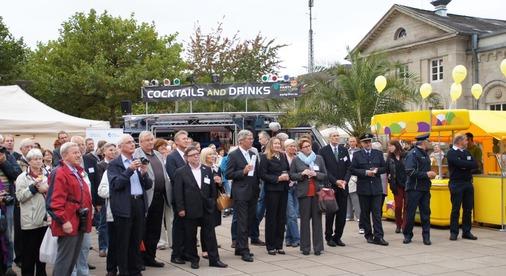 Rund 100 geladene Gäste und viele Passanten verfolgen die Siegerkür auf dem festlich geschmückten Bahnhofsvorplatz.