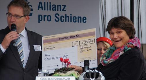 Sissi Karnehm-Wolf war eine von 109 Einsendern und erhält als kleines Dankeschön einen Buchgutschein im Wert von 100 Euro von Mathias Gehle vom Verband der Bahnhofsbuchhändler.