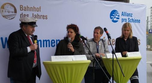 Moderatorin Barbara Mauersberg mit den Jury-Mitgliedern auf der Bühne.