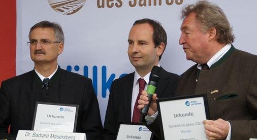 Der Murnauer Bahnhofsmanager Helmut Zöpfel, der aus der Region stammende Investor Andreas Holzhey und der Murnauer Bürgermeister Michael Rapp erhalten eine Urkunde für ihre hervorragende Zusammenarbeit beim Umbau des Bahnhofs.