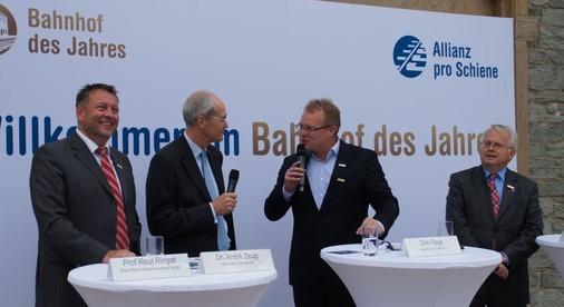 Im 2. Teil der Talkrunde stehen der Geschäftsführer des Rhein-Main-Verkehrsverbundes Knut Ringat, der Vorstandsvorsitzende von DB Station&Service, André Zeug und der Bürgermeister von Oberusel, Hans-Georg Brum (SPD) Rede und Antwort.