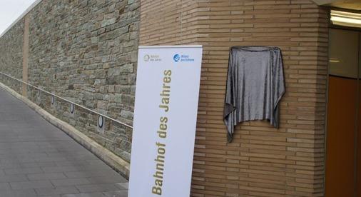 Verhängte Siegertafel am Eingang einer Unterführung.