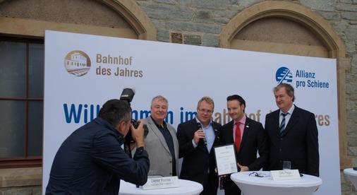 Der Oberurseler Bahnhofsmanager Heiko Scholz bekommt eine Urkunde