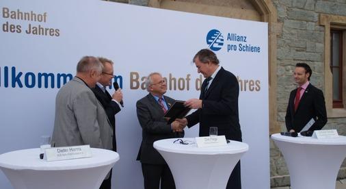 Bürgermeister Hans-Georg Brum (SPD) erhält eine Urkunde.