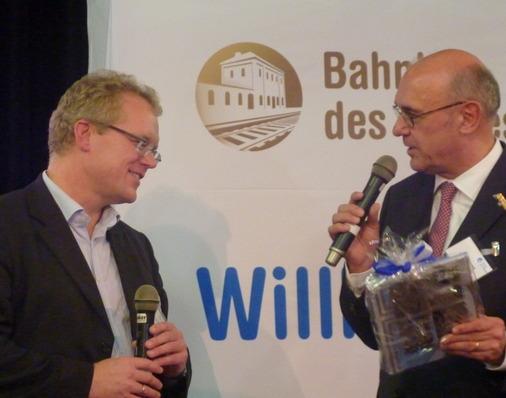 Auf der Bühne Dirk Flege und der Bürgermeister von Hünfeld