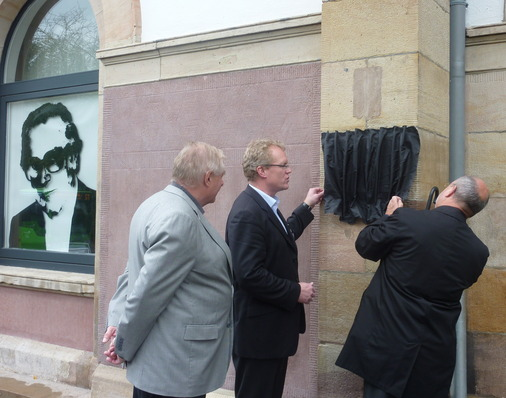 Allianz pro Schiene-Geschäftsführer Dirk Flege und Ordnungsamtsleiter Thomas Henkel bringen das Verhüllungstuch an