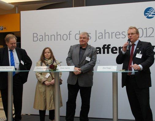 Dirk Flege, Geschäftsführer der Allianz pro Schiene und Jurymitglied, heißt Ehrengäste und Besucher im Aschaffenburger Hauptbahnhof willkommen.