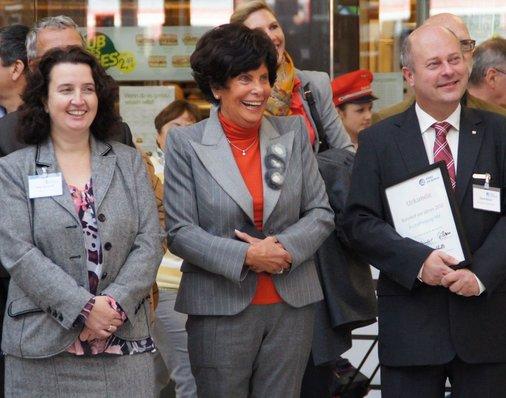 Rosemarie Fäth neben Heike Steinhoff, der früheren Bahnhofsmanagerin in Aschaffenburg (jetzt Bahnhofsmanagerin in Bamberg) und Elmar Hirsch, der nun die Verantwortung für Aschaffenburg trägt.