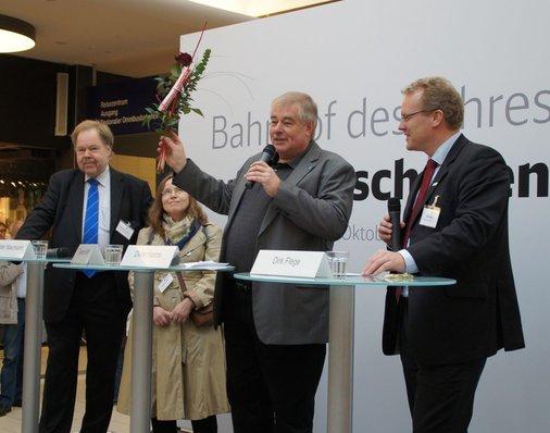 Dieter Harms vom Auto Club Europa (ACE) lobt die Wandgestaltung des Bahnhofs Aschaffenburg