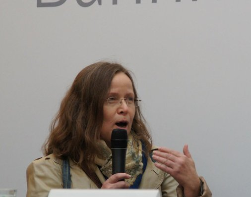 Eleonore Wolf aus Aschaffenburg hat ihren Lieblingsbahnhof vorgeschlagen und spricht darüber auf der Bühne.
